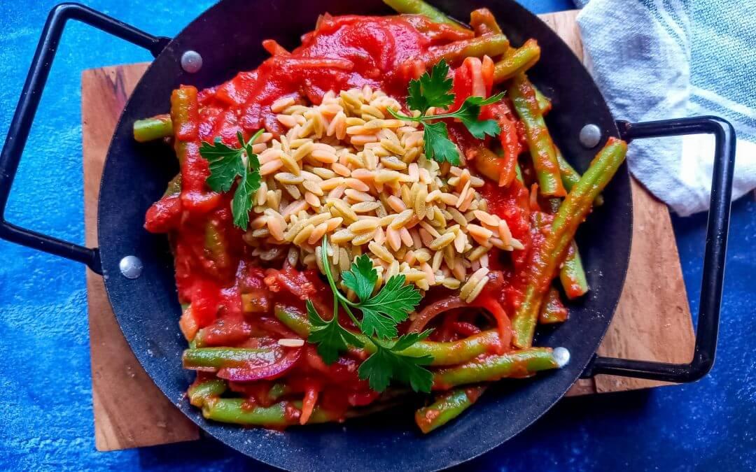 Rijst met sperziebonen in knoflook-tomatensaus