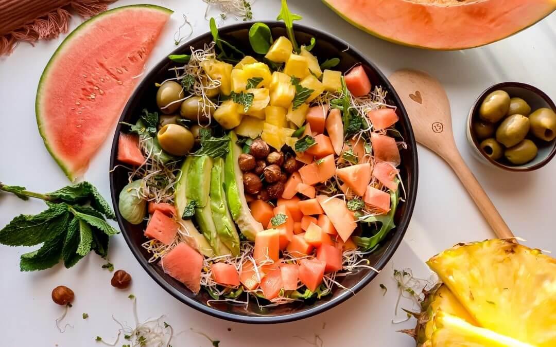 Zomerse salade met papaja, ananas, watermeloen en hazelnoten