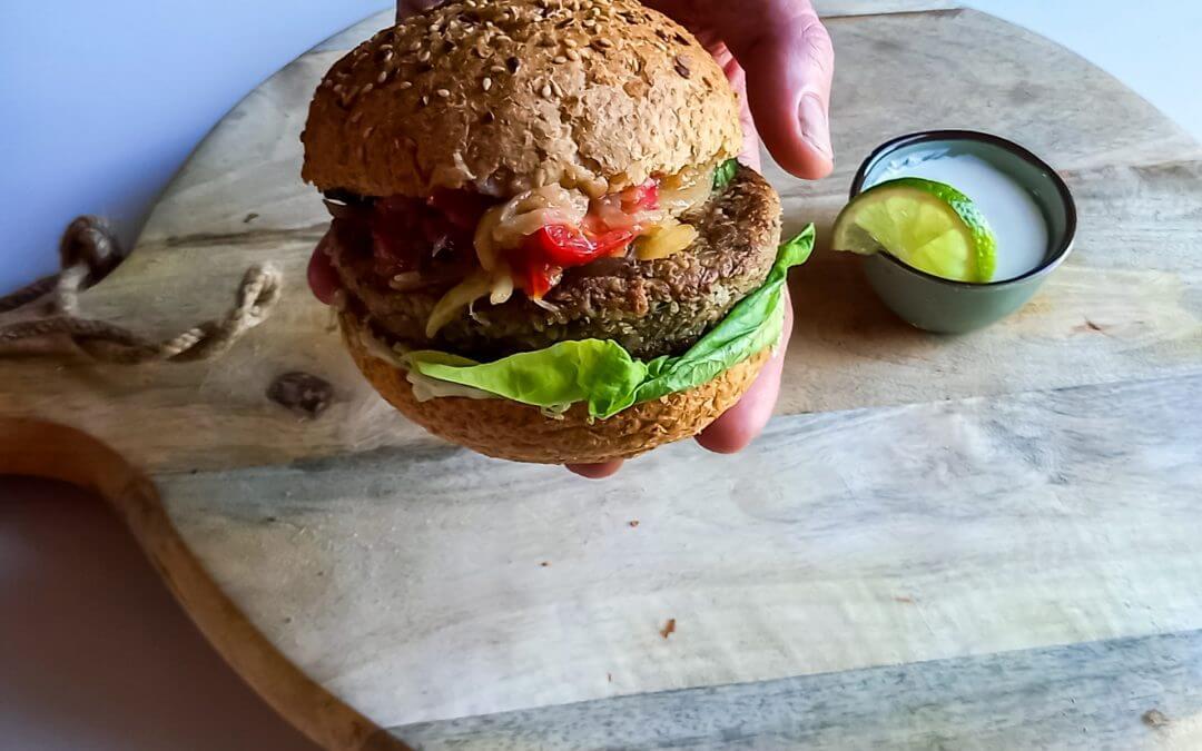 Healthy Vegan Champignon-Aubergine burger met uiencompote en limoenyoghurt
