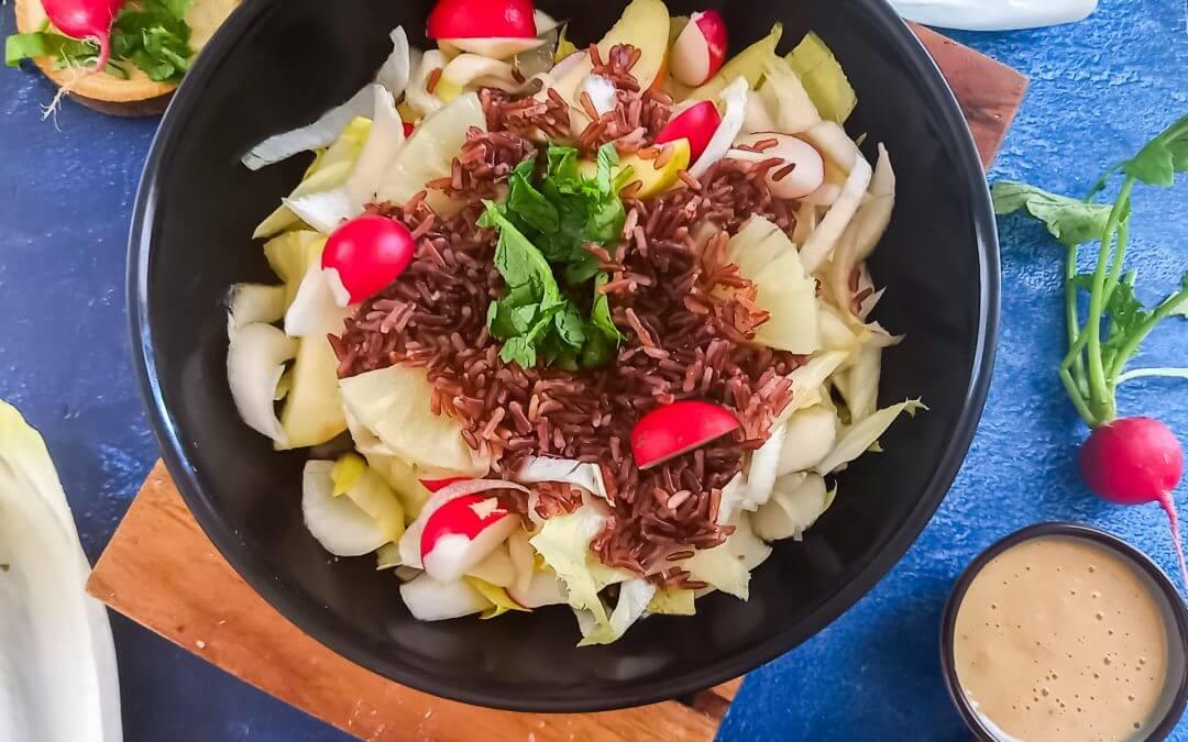 Witlofsalade met radijs, ananas en rode rijst