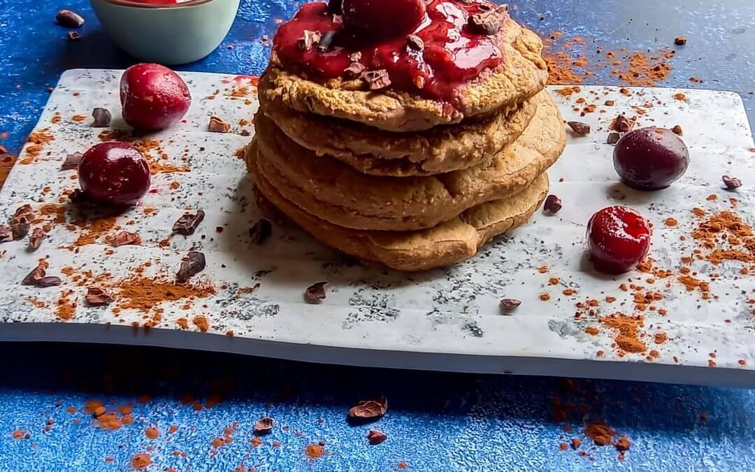 Fluffy american chocolade pancakes met kersensaus