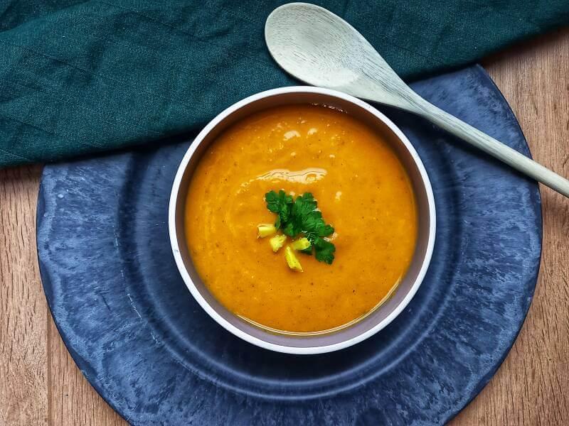 Zoete aardappelsoep met verse gember, sinaasapppel en peterselie