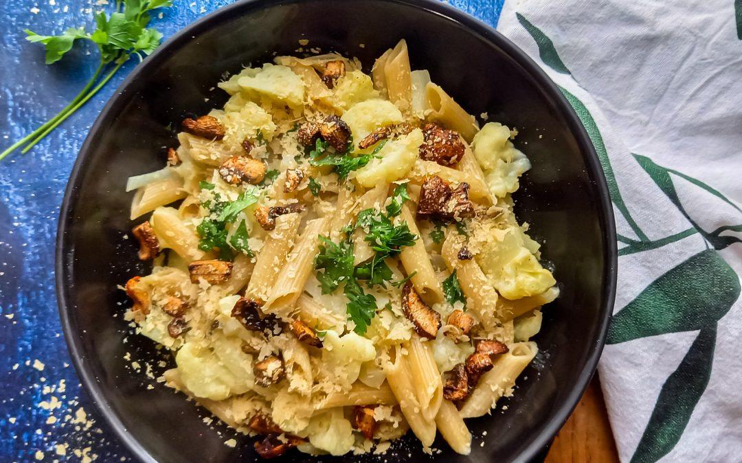 Vegan pasta met bloemkool, peterselie en ' spekjes ' van champignons