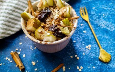 Havermout ontbijt met peer en gedroogde pruimen